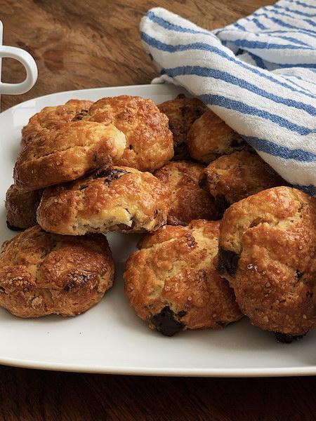 Тёплые булочки с орехами и шоколадом для воскресного завтрака