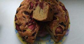 Ванильный кекс с клубникой и вишней – удивительный вкус лета