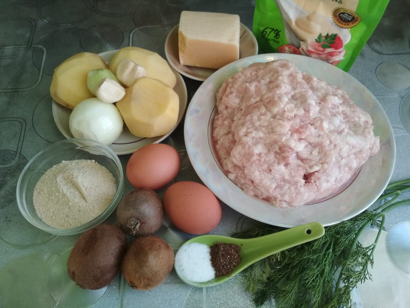 Моё фирменное блюдо: «Стожки» из фарша с киви и картошкой