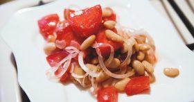 Очень простой и потому идеальный летний салат — под шашлычок и к лавашу