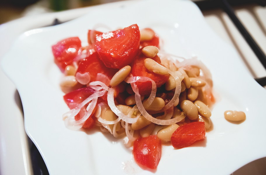 Летний салат со свежими помидорами, фасолью и луком