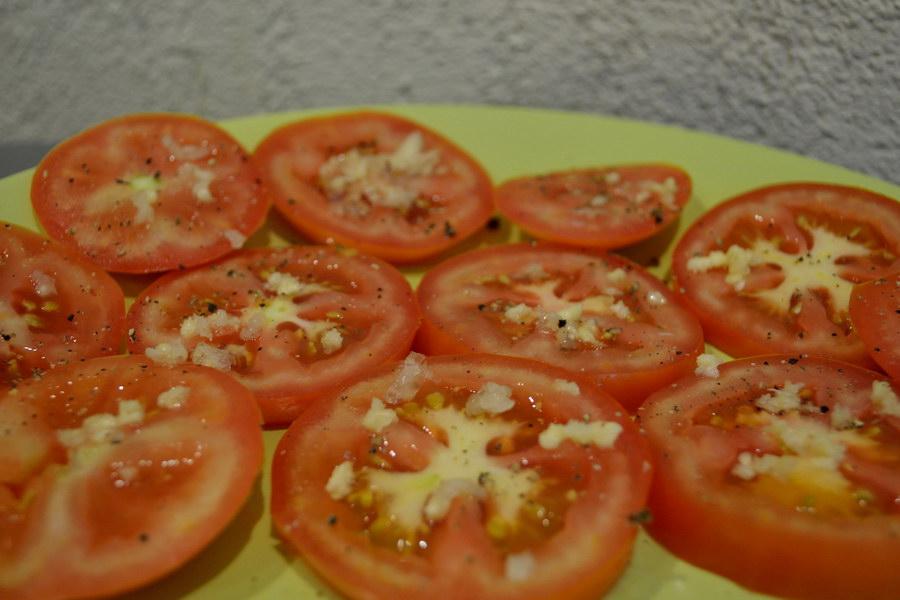 «Помидоры в сыре» - копеечная закуска на праздничное застолье