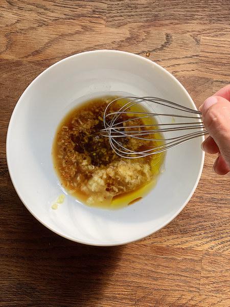 Как я готовлю мягкие и сочные стейки из лосося? Секрет этого блюда – полить рыбу заправкой, пока она ещё горячая