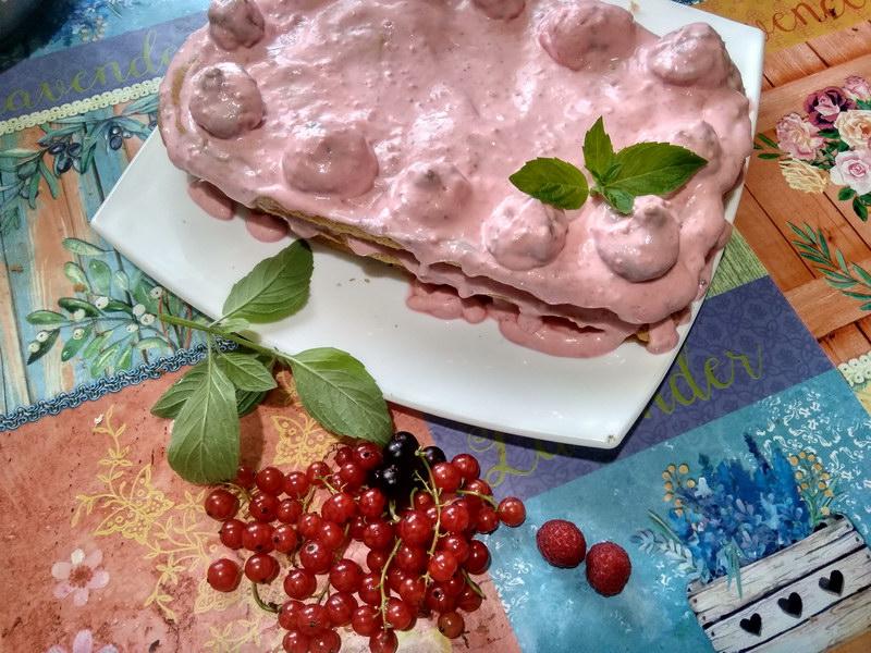 Меренговый торт с ягодным кремом – специальный десерт для моей «диетчицы» дочки, ни грамма муки и минимум сахара