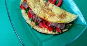 Тёплый салат с говядиной в омлете — идеальный ужин или оригинальная закуска на торжестве