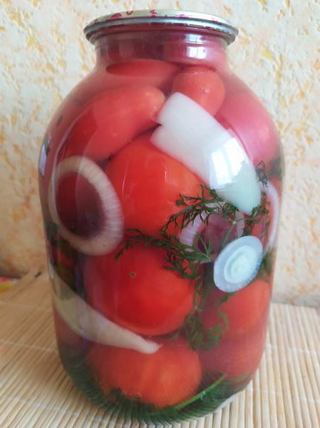 Соседка поделилась новым рецептом консервации «Помидоры с морковной ботвой». Пробовала – вкусно.