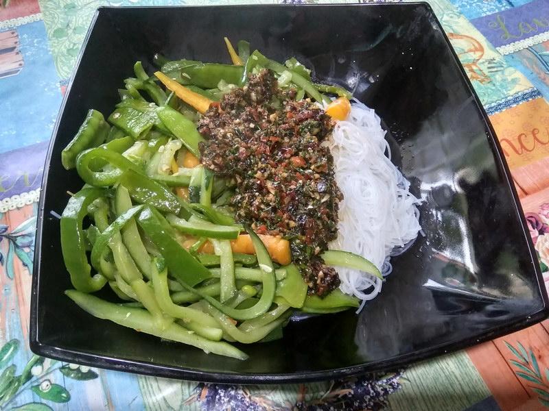 Салат из овощей и лапши под моей фирменной заправкой. Рецепт простой, а результат вкуснейший