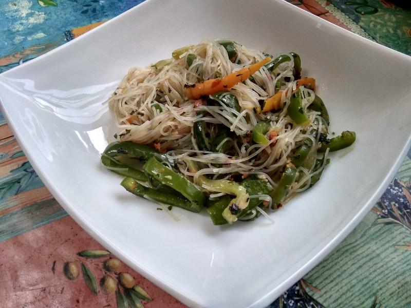 Теплый салат из молодых овощей и фунчозы под острой травяной заправкой