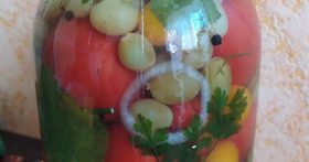 Уже лет 10 закрываю «Помидоры с виноградом» — очень удачное сочетание