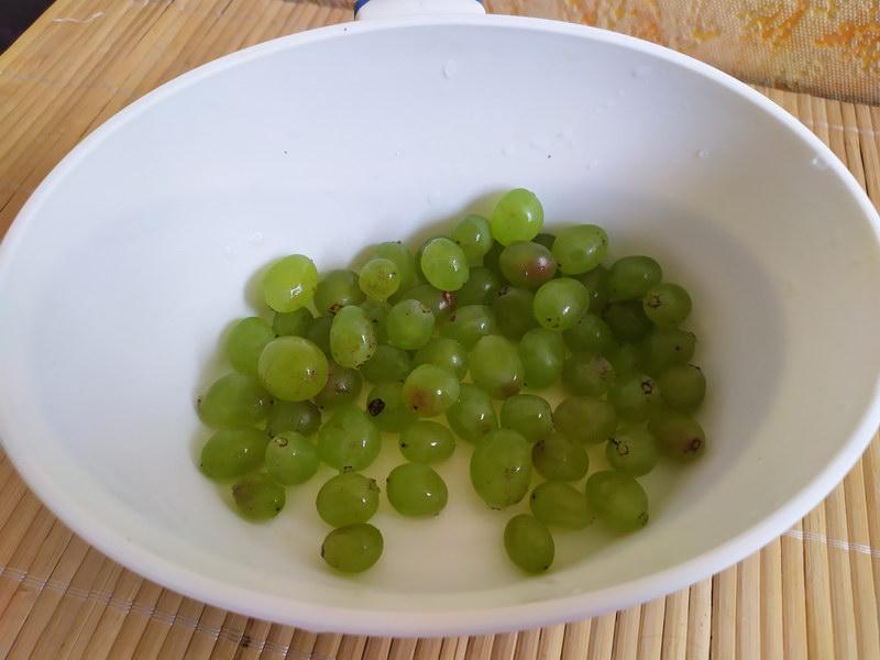 Уже лет 10 закрываю «Помидоры с виноградом» - очень удачное сочетание