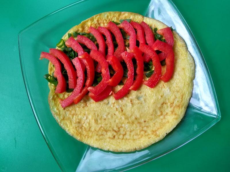 Тёплый салат с говядиной в омлете - идеальный ужин или оригинальная закуска на торжестве
