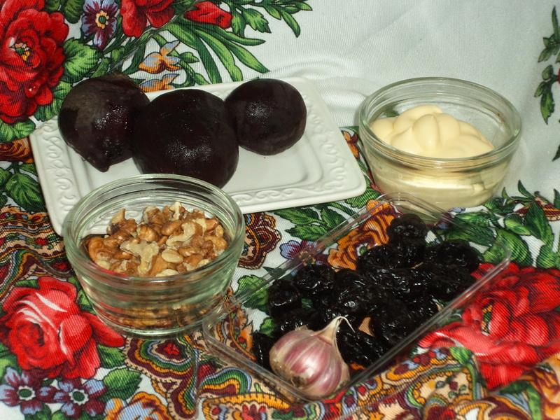 Салат из свеклы с орехами и черносливом. Попробовала и удивилась, из запечённой свеклы вкуснее многократно
