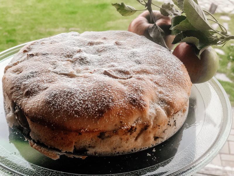 Сезон яблок удался и в очередной раз готовлю пирог, но рецепт «не стандартный» - шарлотка на сметане