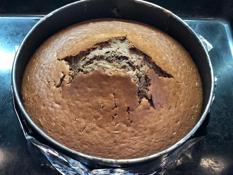 Осталось много кефира и вот решила приготовить тортик. Вышло отлично, очень вкусно и по-домашнему