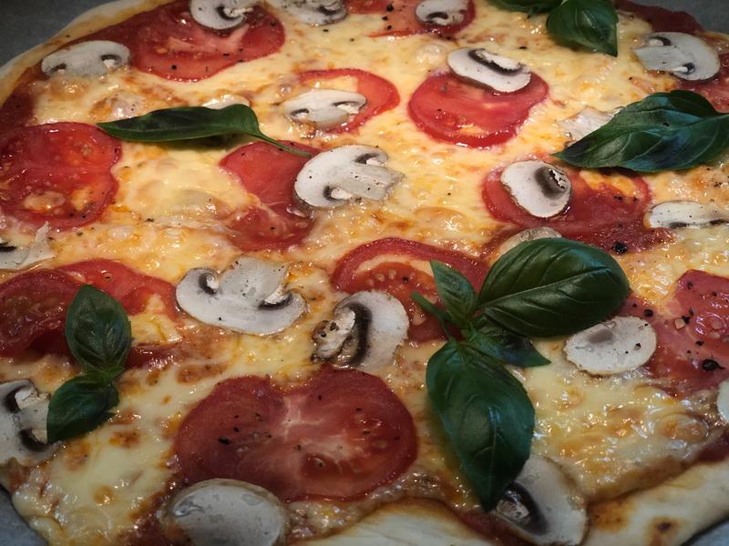 Методом проб и ошибок нашла свой, любимый рецепт пиццы на тоненьком, хрустящем, дрожжевом тесте. Получилось обалденно!