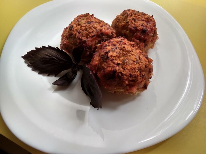 Картофельные шарики, запеченные с томатами и базиликом