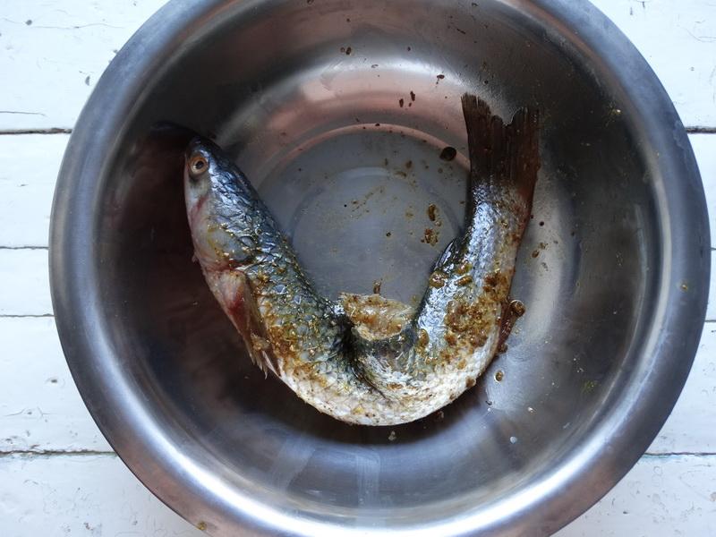 Рецепт фаршированной рыбы «По-новому». Очень нравится такая формовка: кость вырезается, а начинки помещается очень много