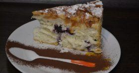 Делюсь рецептом субботнего пирога: «Шарлотка с черникой». Внуки пришли — внуки довольны