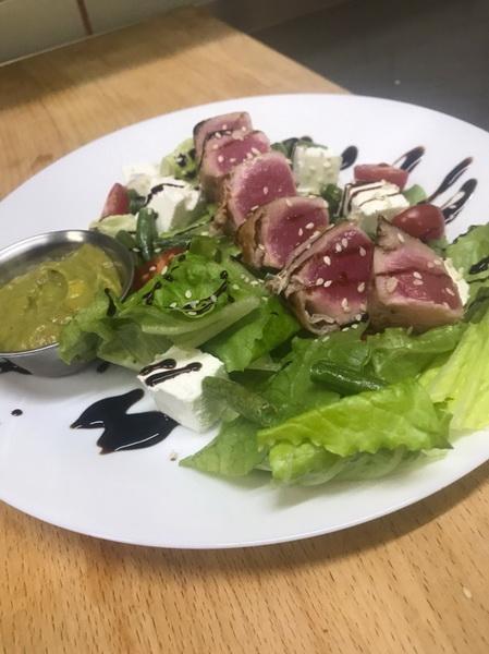 Салат с тунцом и икрой из авокадо