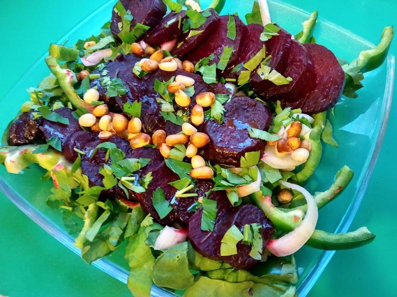 Салат с печёной свеклой – вкусный, необычный. Шедевр за несколько минут (без мяса)
