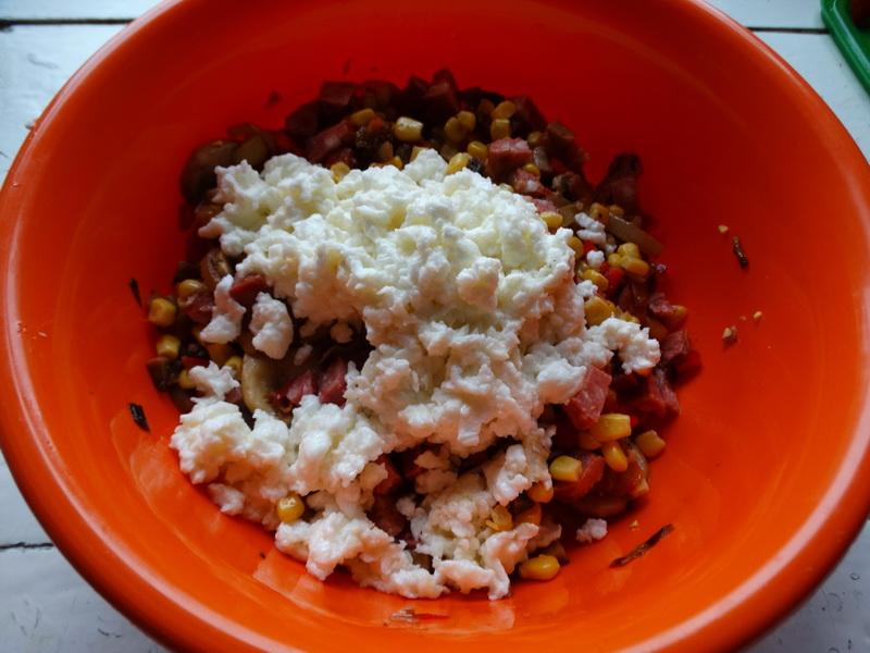 Салат «Венок». Шедевр из простых ингредиентов (яйца, грибы, колбаса, капуста, лук и др) и вместе – это вкуснейшее блюдо