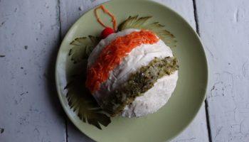 Салат «Новогодний шар для ёлки». Внутри любимый селёдочник, а самое главное — на декор не нужно много времени и сил!