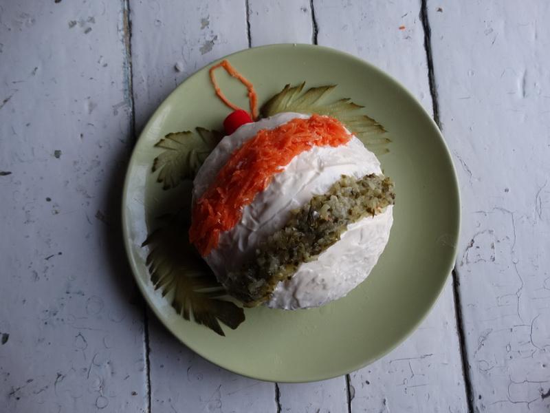 Салат «Новогодний шар для ёлки». Внутри любимый селёдочник и самое главное, что на декор не нужно много времени и сил