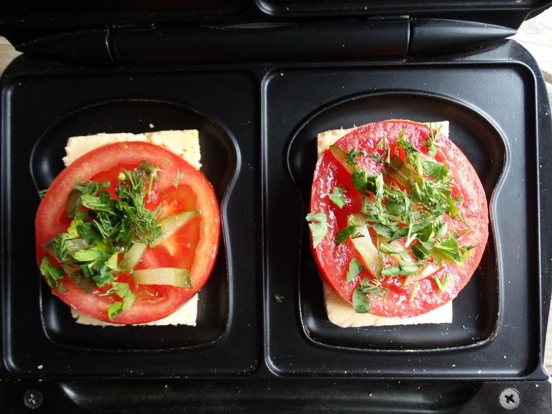 Закуска «Горячие помидоры» — готовить в обычной бутерброднице, а все ингредиенты всегда под рукой