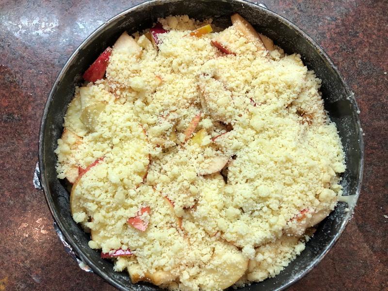 Шарлотка - нестандартный рецепт: тесто не бисквитное, не сухое, а сочное и без перемешивания с яблоками
