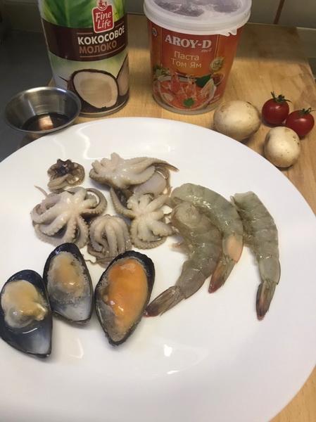Балую своих доступной экзотикой. Приготовила популярный суп «Том Ям» - всё просто и очень полезно. Делюсь рецептом