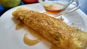 «Сладкая яичница» с яблочной начинкой на завтрак. Мои внуки оценили на отлично