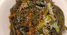 Лапша японский фаст-фуд плотно засела в нашем домашнем меню. На готовку уходит 20 минут, а итог просто кулинарный шедевр