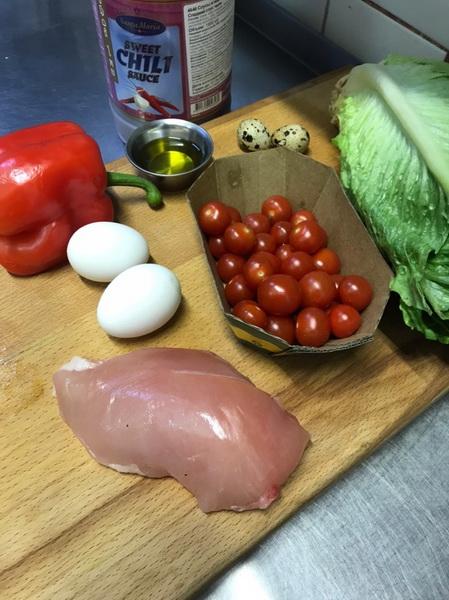 На праздники приготовила новый салат из куриного филе и яиц. Моим понравился, а сладкий соус даже показался в новинку