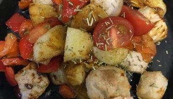 Грузинская жгучая скоблянка — казалось бы, просто обжаренное мясо с овощами, но получается бесподобно