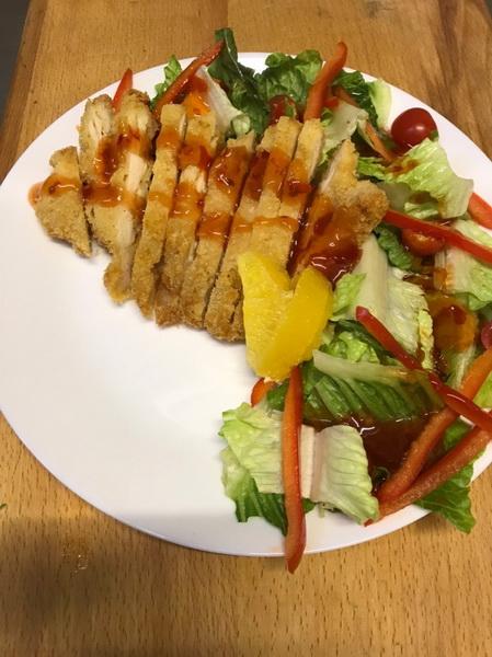 На праздники приготовила новый салат из куриного филе и яиц. Моим понравился, а сладкий соус многим показался в новинку