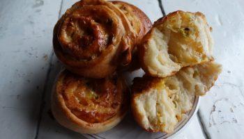 Так по-домашнему. Потрясающе вкусные пирожки с луком и чесноком. Пористые и ароматные