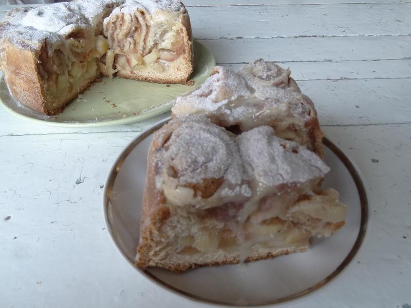 Яблочный пирог из слоёных булочек синабон