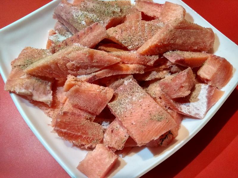 Как я готовлю «Рыбу ХЕ» из кижуча – как строганина, и даже лучше: приправы и маринованный лук, делают закуску идеальной