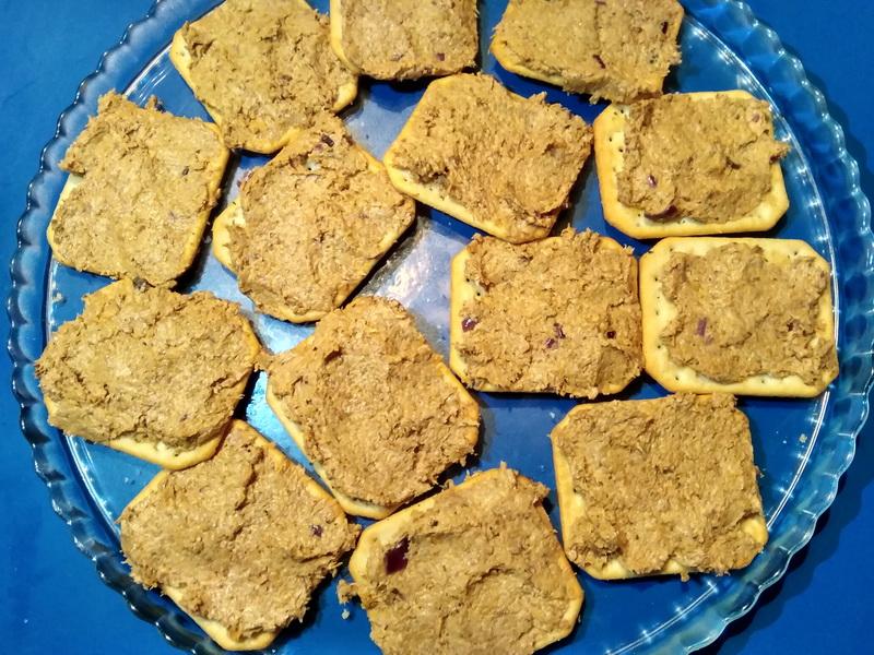 На праздники вместо бутербродов готовлю свой паштет из грибов на крекеры (без мяса). Закуска выходит отменная