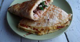 Наш традиционный завтрак: вкуснющий омлет с сыром