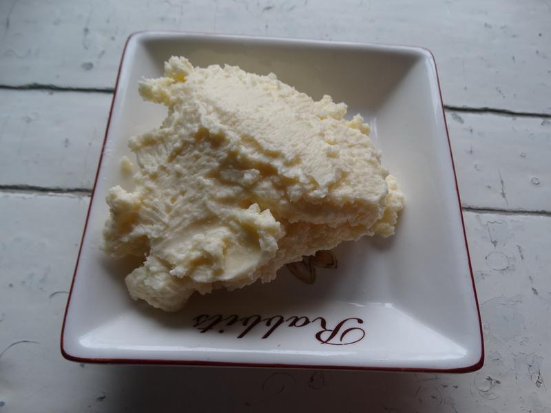 Рецепт плотного крема для десертов из 3х ингредиентов (молоко, масло и сахар)