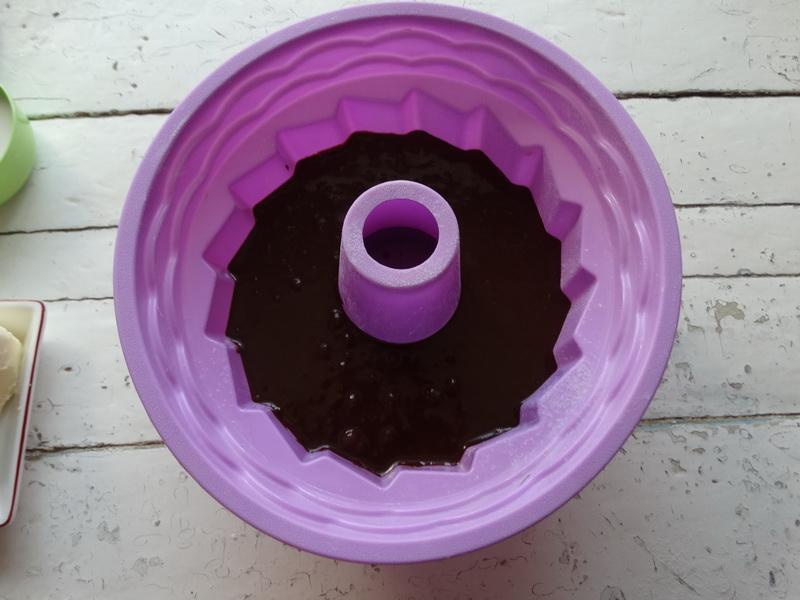 Мой «Безумный пирог» - шоколадный-прешоколадный, с нежной, но уже плотной (влажной) серединкой