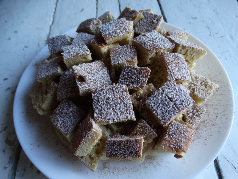 Остались только простые продукты: молоко, мука, да масло и решила приготовить пирог «Кубики»