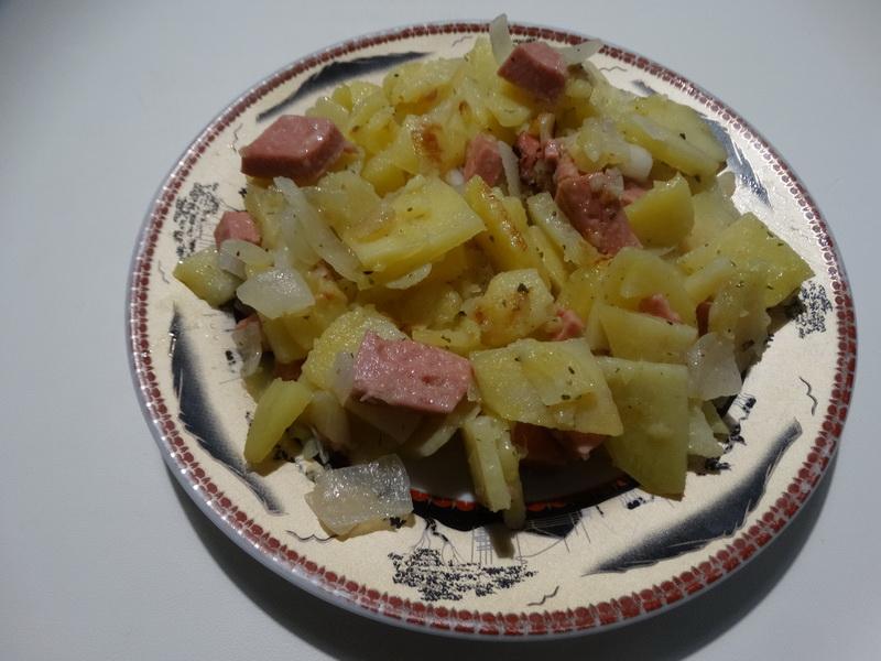 Жаренная картошка с луком и колбасой