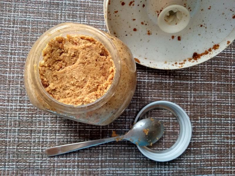 Арахисовая паста - для своей семьи готовлю её только сама. Очень вкусно и невероятно полезно, а надо всего 3 ингредиента