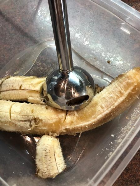 Осталось много бананов - выбрасывать жаль, вот решила приготовить свой «Эконом кекс». Простой, пышный и сладкий