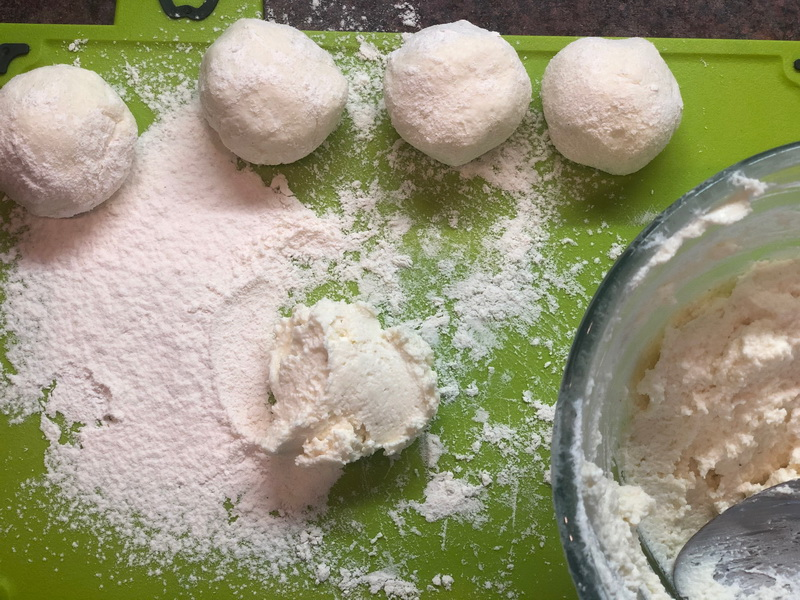 Cырники на манке – не расползаются и лепятся в «шайбочки» легко – просто объедение (готовлю их много и даже замораживаю)