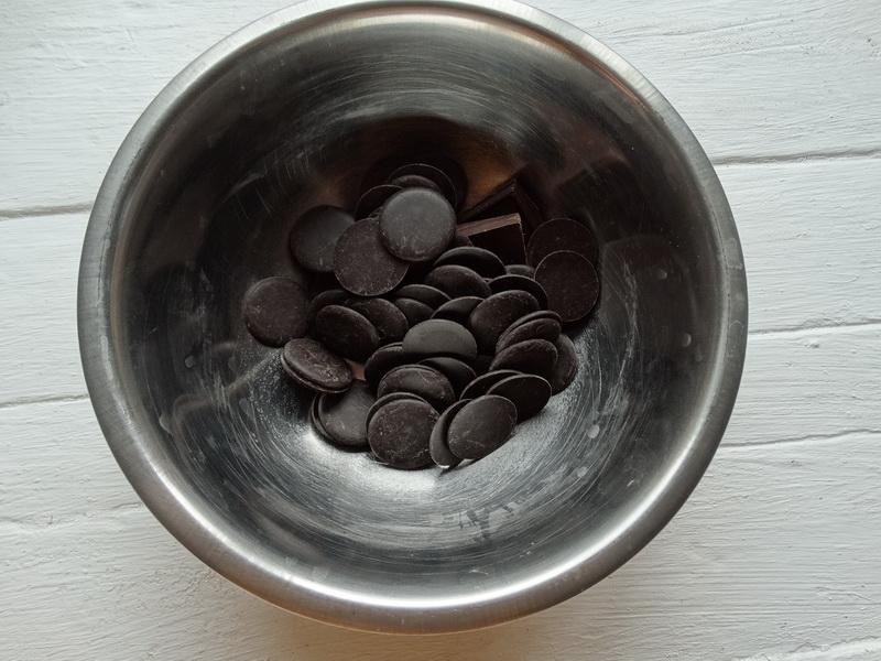 Десерт из шоколада и яиц – воздушный и лёгкий. Муж говорит, что получился пористый шоколад, и ничто другое