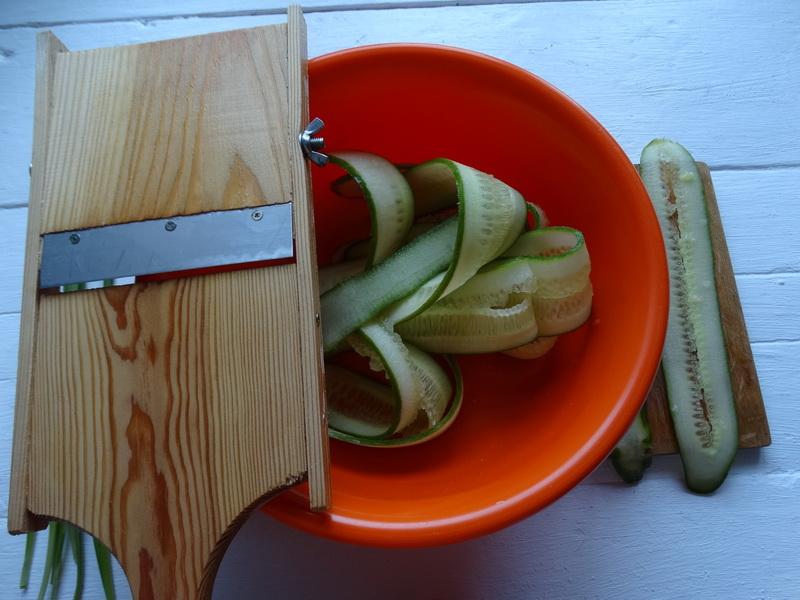 На праздничный стол вместо овощной нарезки готовлю «Огуречные роллы». Блюдо выходит отличное и закуска, и свежие овощи