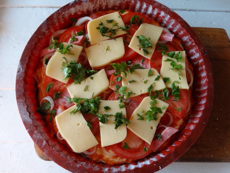 Жидкое тесто для пиццы. Думала - ерунда, а оказалось отличным. Теперь никакой возни: замешала, залила, начинка и в печь